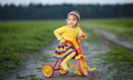 flicka-med-trehjuling-750x450